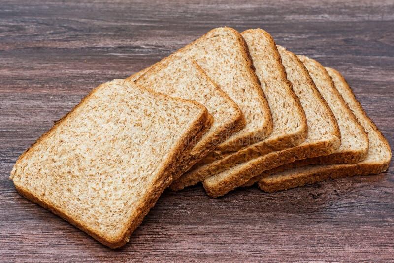 Świeży pokrojony chleb wznosić toast na drewnianym stole tła jedzenia wieśniak Zakończenie fotografia stock