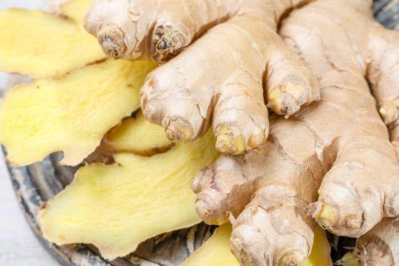 Świeży pokrojony imbir - składnik dla zdrowego jedzenia zdjęcia stock