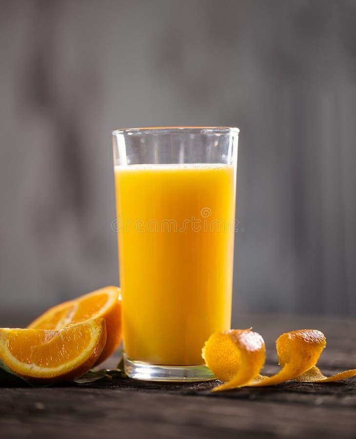 Świeży pomarańczowy napój na drewnianym stole Owocowa oranżada Lata drin obrazy stock