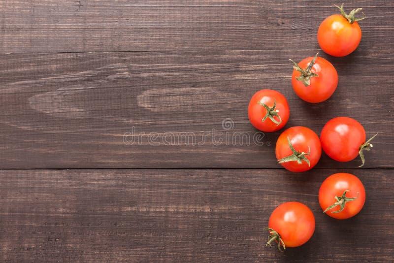 Świeży pomidor na brown drewnianym tle Odgórny widok obraz royalty free