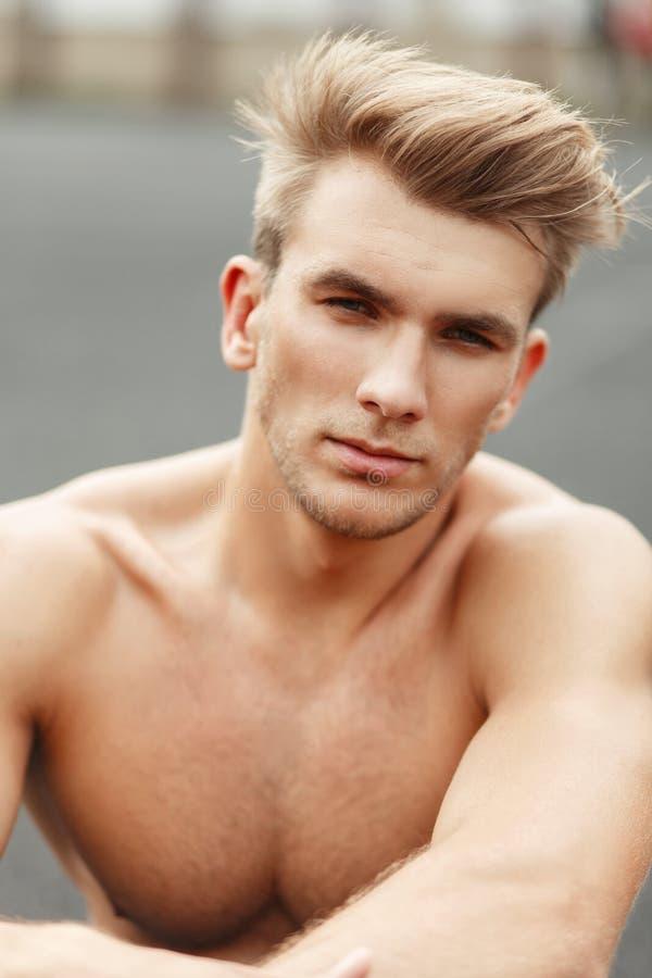 Świeży portret przystojny Amerykański facet z fryzurą z zdjęcia stock