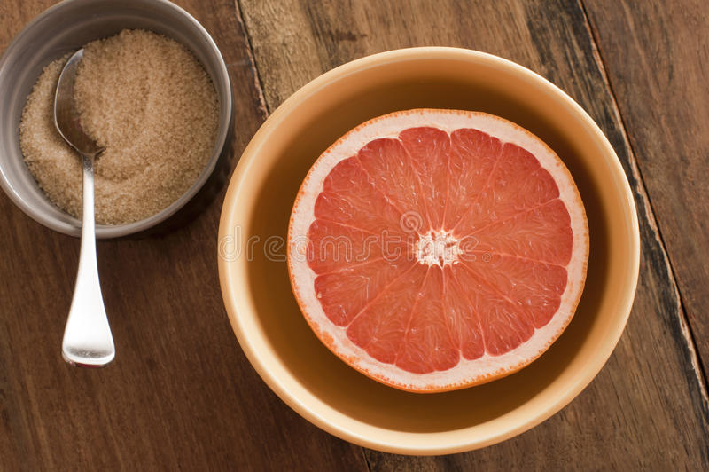 Świeży przekrawający różowy grapefruitowy słuzyć z cukierem fotografia royalty free