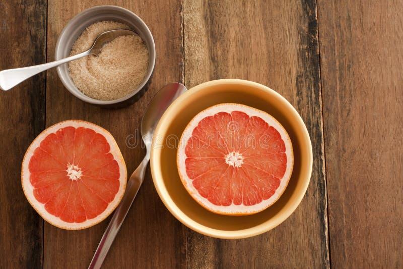 Świeży przekrawający różowy grapefruitowy z cukierem obrazy royalty free