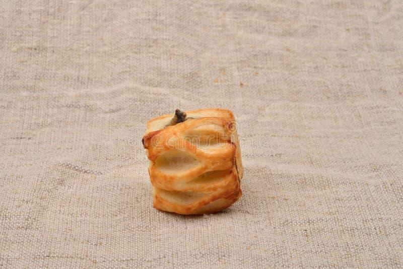 Świeży ptysiowy ciasto z pieczarkami na jutowym tle jarosz zdjęcie royalty free