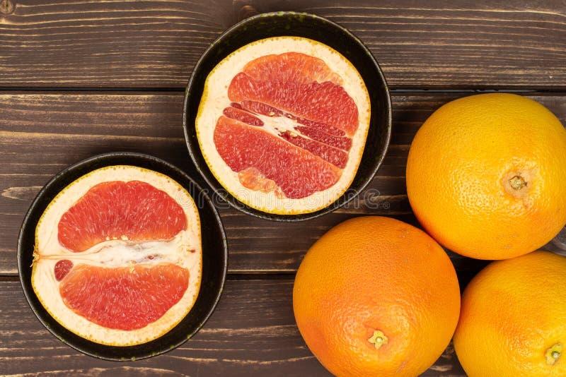 Świeży różowy grapefruitowy na brązu drewnie fotografia royalty free