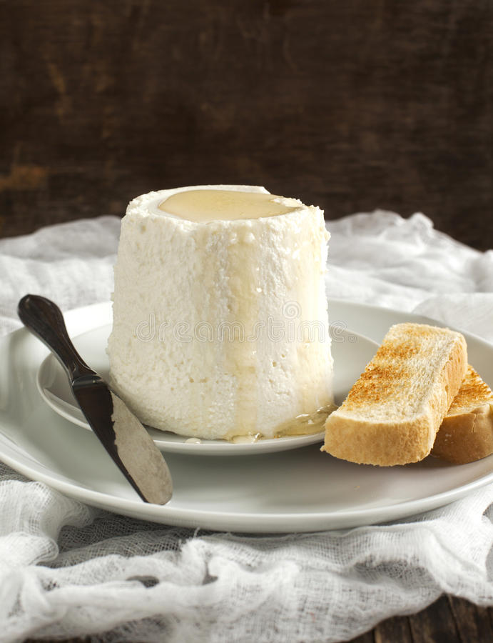 Świeży ricotta ser z miodem i grzankami obraz royalty free
