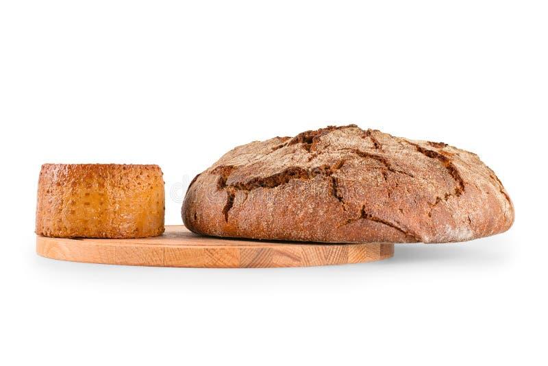 Świeży round chleb i uwędzony ser na tnącej desce odizolowywaliśmy wi fotografia royalty free