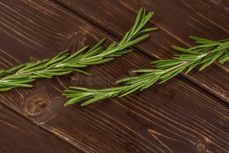 Świeży rozmarynowy ziele na brązu drewnie zdjęcia royalty free