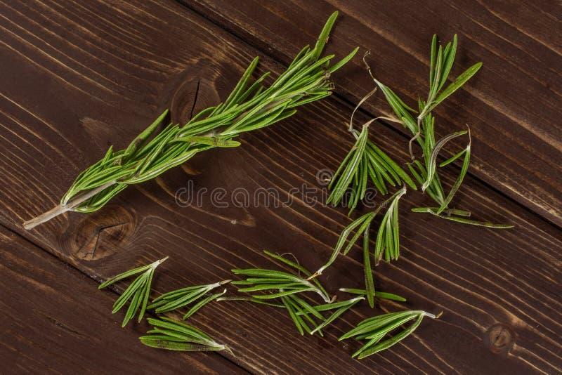 Świeży rozmarynowy ziele na brązu drewnie zdjęcie royalty free