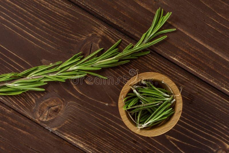 Świeży rozmarynowy ziele na brązu drewnie obrazy stock