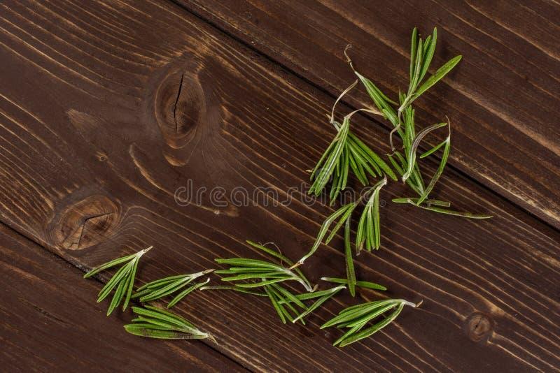 Świeży rozmarynowy ziele na brązu drewnie obrazy royalty free