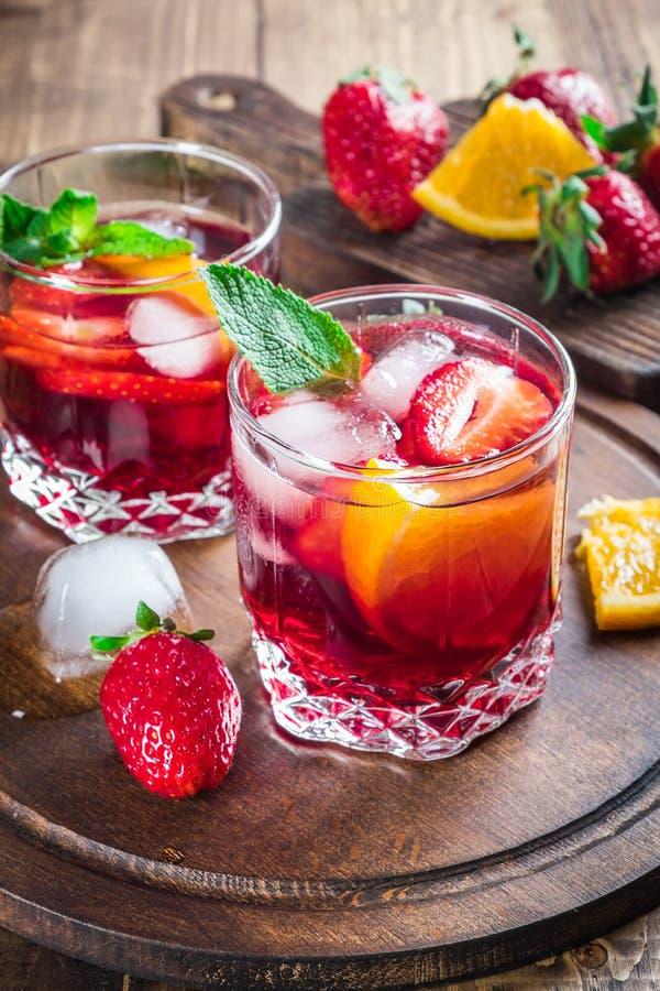 Świeży sangria z jagodami i owoc obraz stock