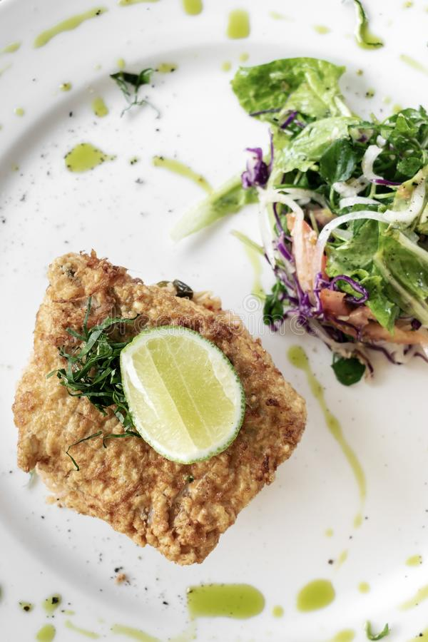 Świeży smażący powyginany dorsza lata lekkiego lunchu rybi polędwicowy posiłek fotografia stock