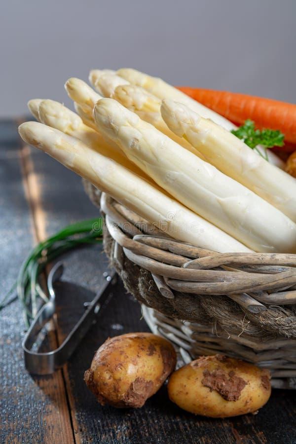 Świeży smakowity biały asparagus i grule, sezonowy warzywo, ne obraz stock