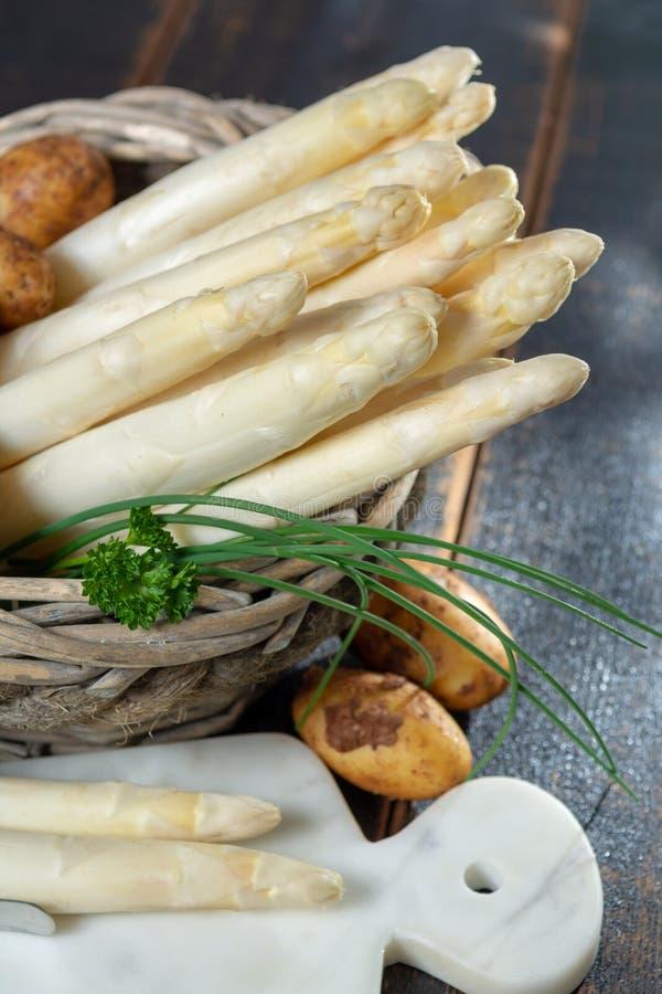 Świeży smakowity biały asparagus i grule, sezonowy warzywo, ne fotografia stock