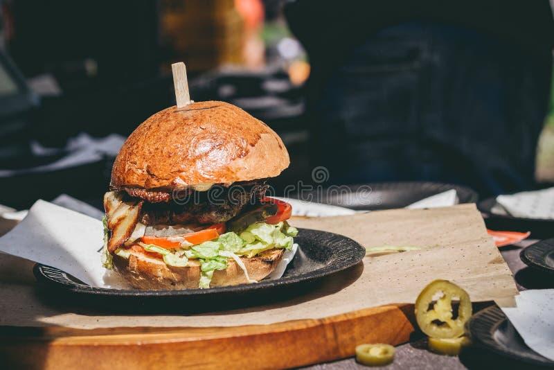 Świeży smakowity piec na grillu mięsny hamburger na stole Selekcyjna ostrość fotografia royalty free