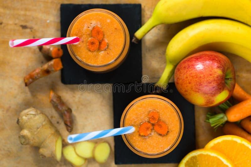 Świeży smoothie z marchewką, jabłkiem, pomarańcze, bananem, imbirem i tu, obrazy stock