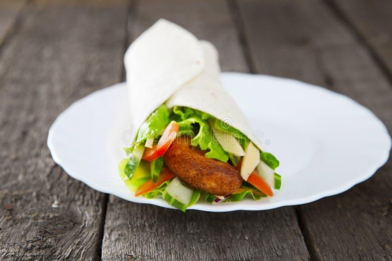 Świeży soczysty tortilla opakunek z kurczakiem i warzywami obraz royalty free