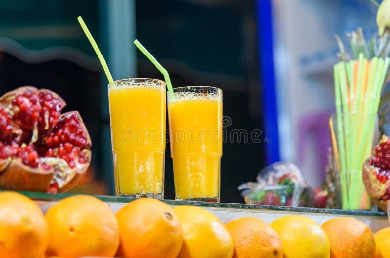 Świeży sok pomarańczowy dla sprzedaży w kramu w Jemma El Fna kwadracie marrakesz Morocco obrazy stock