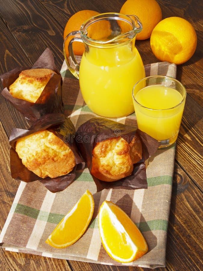 Świeży sok pomarańczowy i muffins zdjęcia royalty free