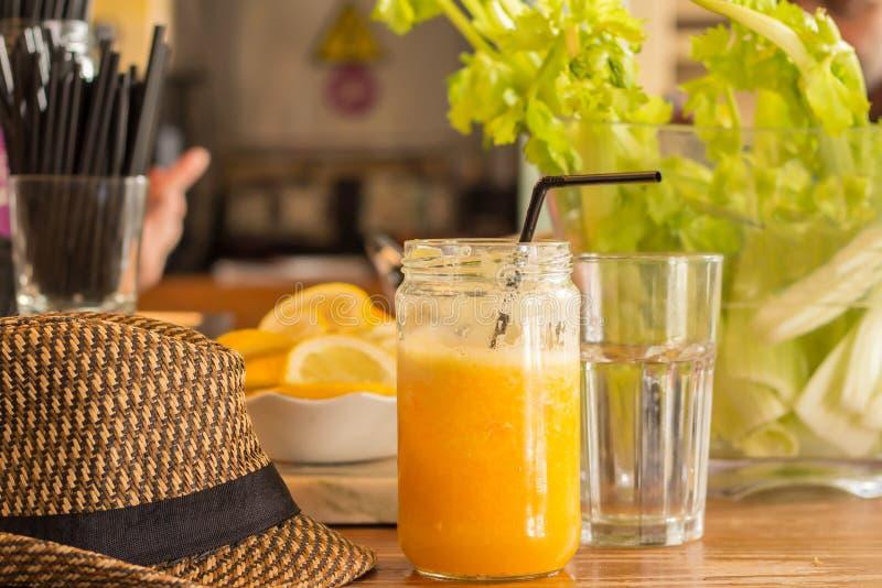 Świeży sok pomarańczowy i wakacje kapelusz fotografia royalty free