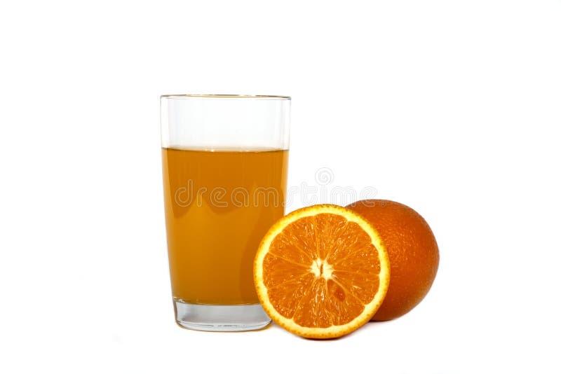 Świeży sok pomarańczowy z mennicą w szklanej filiżance odizolowywającej na białym tle Świeże pomarańcze i sok na białym tle, wido fotografia stock