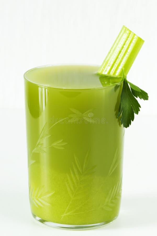 Świeży sok seler, pietruszka w szklanej filiżance zdjęcia royalty free