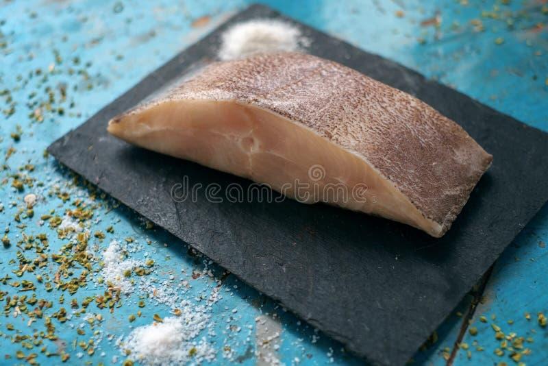 Świeży stek, surowy halibut w kamieniu fotografia stock
