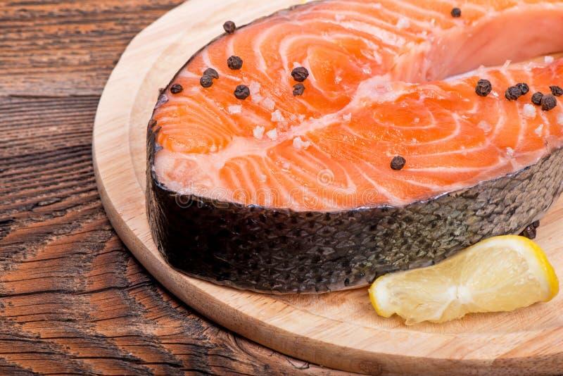 Świeży surowy łososiowy czerwony rybi stek z ziele, pikantność zdjęcie stock