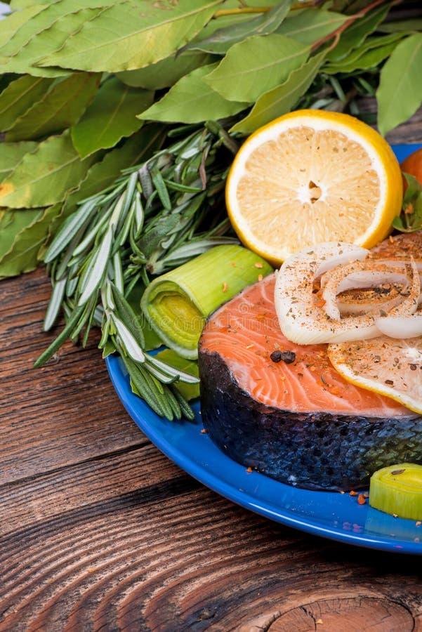 Świeży surowy łososiowy czerwony rybi stek z ziele, pikantność obrazy royalty free