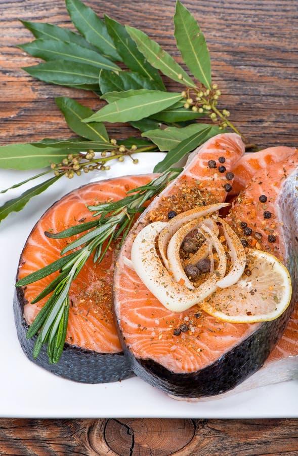Świeży surowy łososiowy czerwony rybi stek z ziele, pikantność zdjęcia royalty free