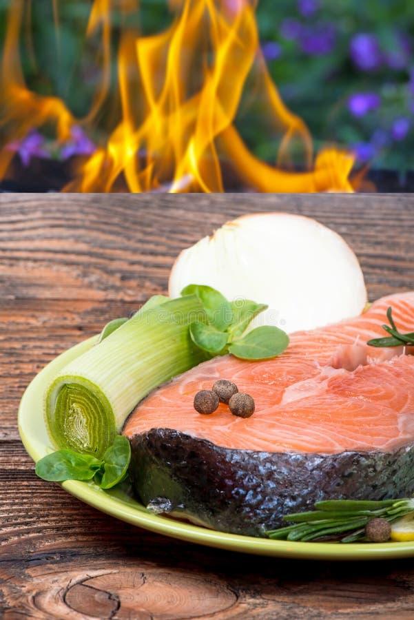 Świeży surowy łososiowy czerwony rybi stek z ziele, pikantność fotografia stock