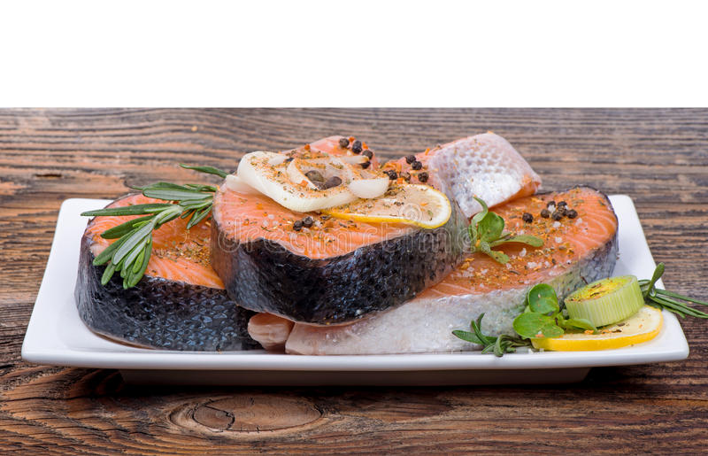 Świeży surowy łososiowy czerwony rybi stek z ziele, pikantność obraz stock