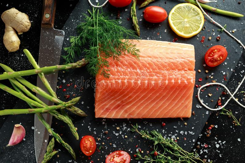 Świeży surowy łososiowy polędwicowy stek z aromatycznymi ziele, pikantność zdjęcie royalty free