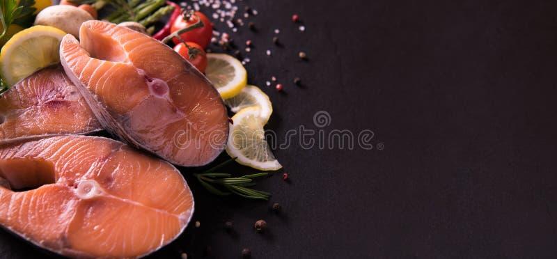 Świeży surowy łososiowy rybi stek z podprawą i warzywami obrazy royalty free