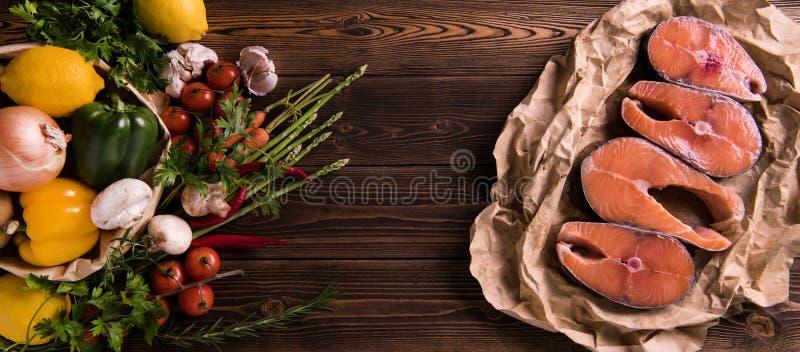 Świeży surowy łososiowy rybi stek z ziele i warzywami zdjęcie stock