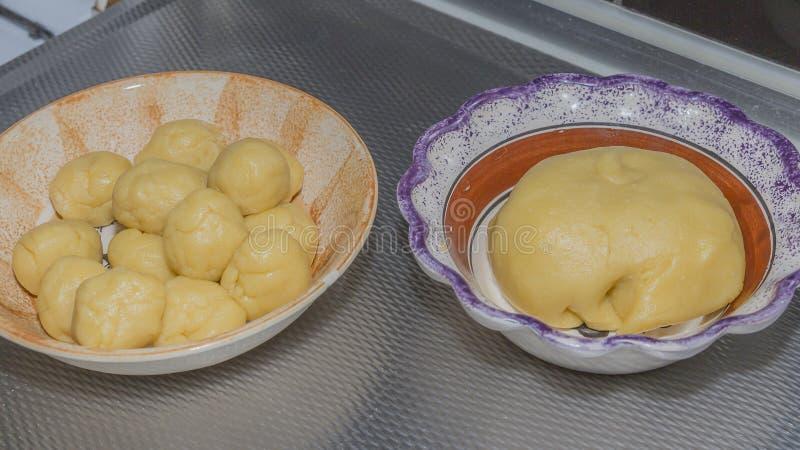 Świeży surowy ciasto i ciasto piłki dla empanadas zdjęcia royalty free
