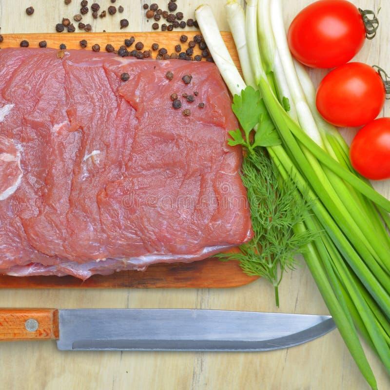 Świeży surowy kawałek mięso kłama na kuchennym blackboard obraz royalty free