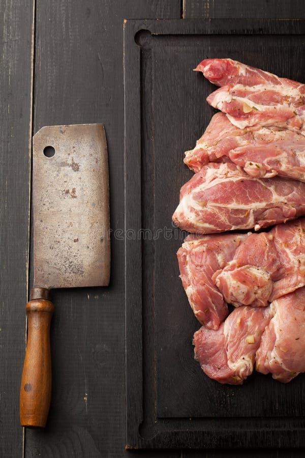 Świeży surowy wieprzowina stek, nóż i ax, obraz royalty free