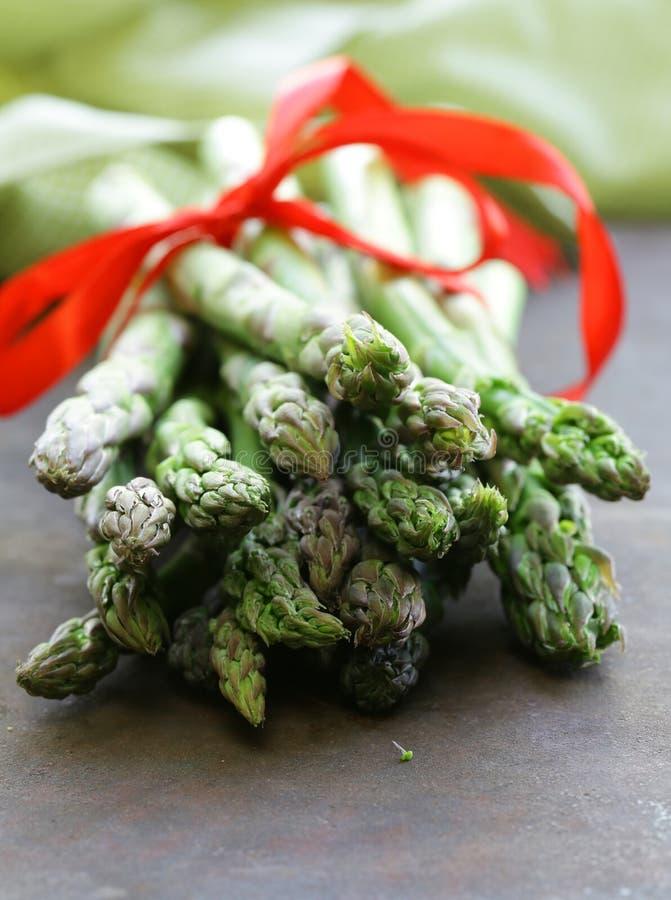 Świeży surowy zielony asparagus obrazy stock