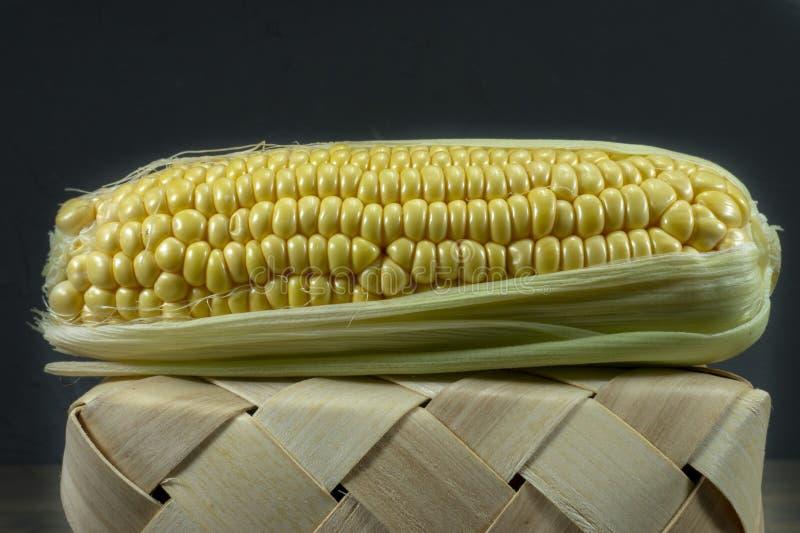 Świeży sweetcorn cob na zakończonym łozinowym koszu zdjęcie royalty free