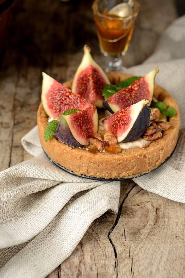 Świeży tarta lub kulebiak z figami, śmietanką i mennicą, fotografia royalty free