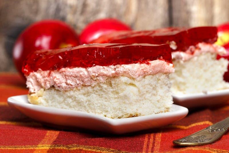 Świeży truskawka tort na czerwonej pielusze fotografia stock