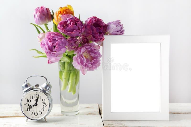 Świeży tulipanów kwiatów bukiet i puste miejsce fotografii rama z kopii przestrzenią na drewnianym tle obraz stock