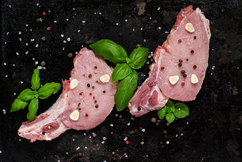 Świeży wieprzowiny loin sieka z pikantność i basilem zdjęcia stock