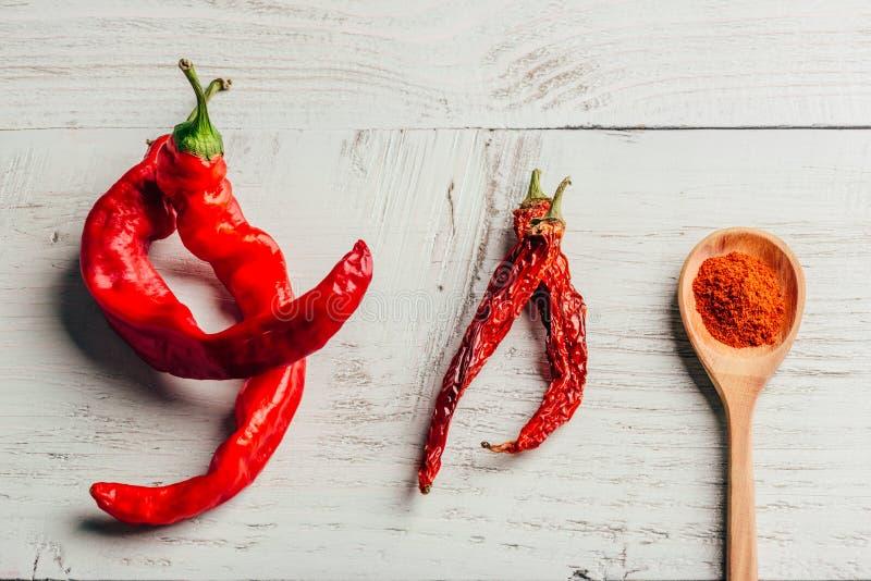 Świeży, wysuszony i zmielony czerwonego chili pieprz, zdjęcia royalty free