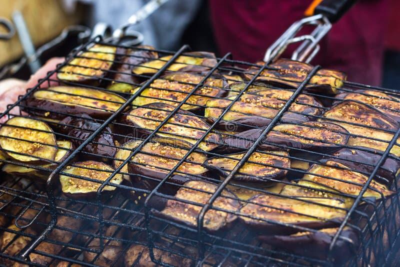 Świeży zdrowy oberżyny lub aubergine narządzanie na grilla grillu nad węglem drzewnym Piec na grillu aubergines oberżyn plasterki zdjęcia royalty free