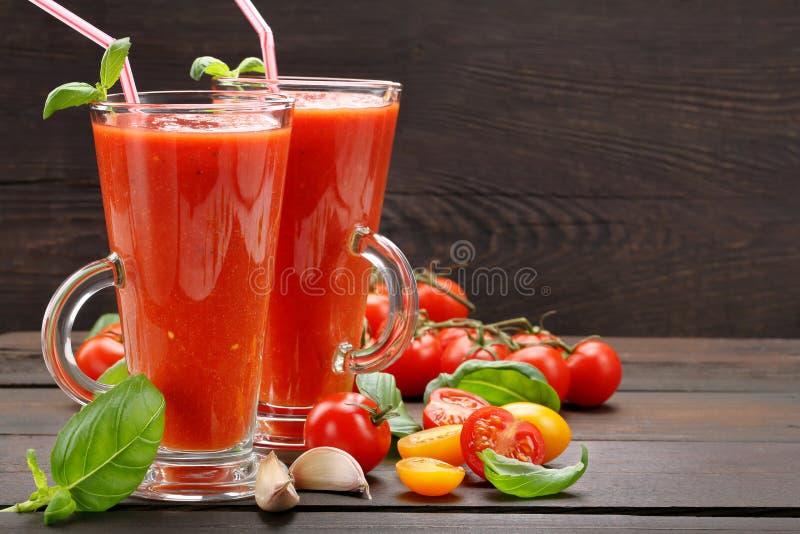 Świeży zdrowy pomidorowy smoothie sok na drewnianym tle obrazy stock