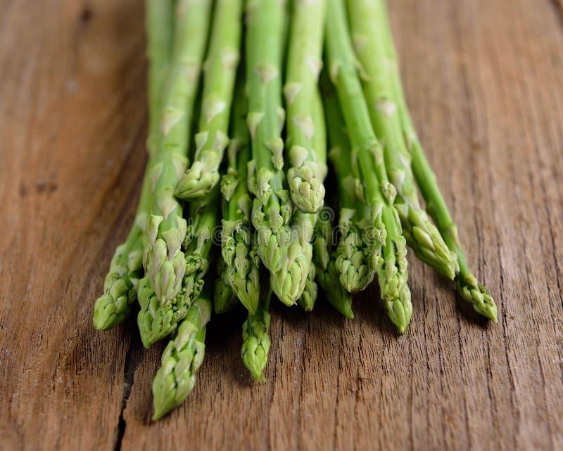 Świeży zielony asparagus na drewnianym zdjęcia stock