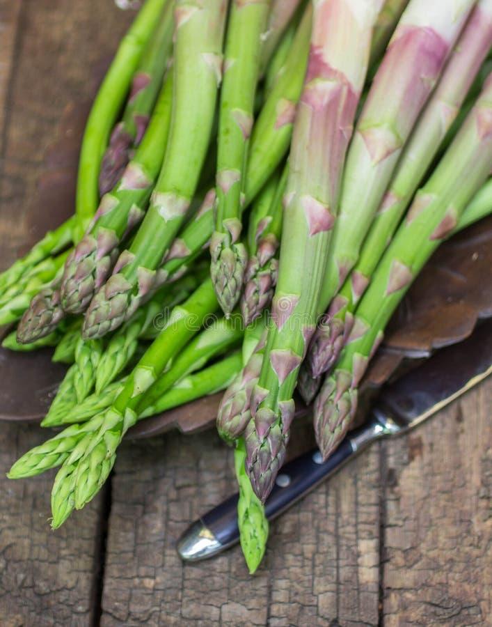 Świeży zielony asparagus na starym drewnianym stole zdjęcie stock